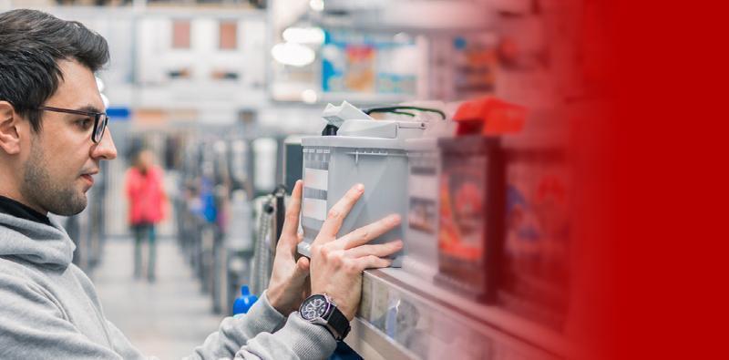 Klient wybierający akumulator