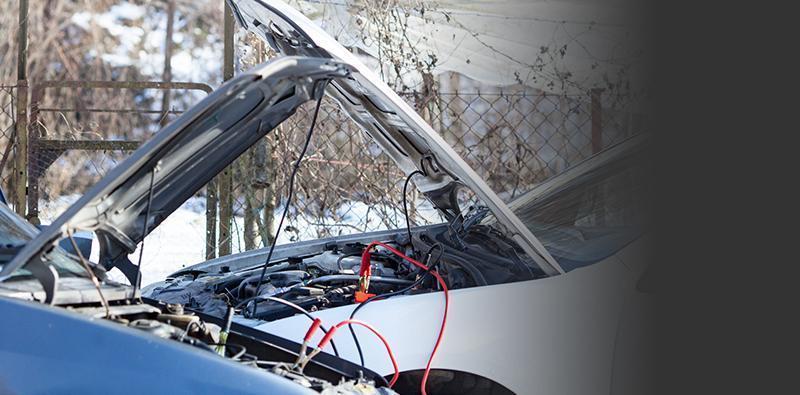 Dwa auta połączone kablami